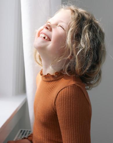 Merinoullströja med vågig kant för barn, karamell
